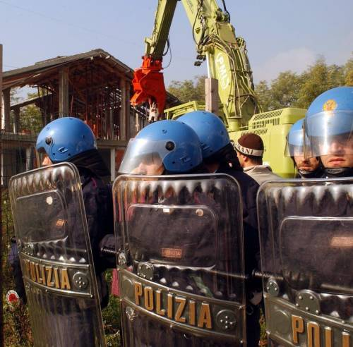 Demolita la villa abusiva dei rom
