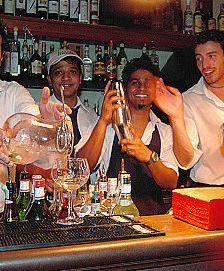 Ora al bar si beve e si balla