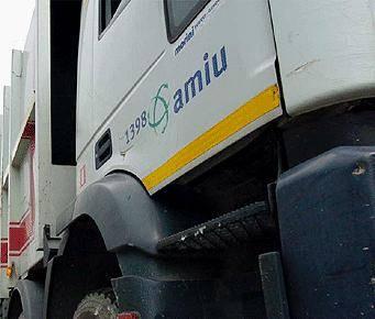 Vandali nel deposito Amiu: distrutti 20 mezzi