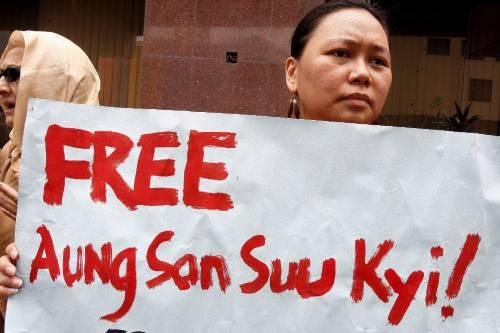 Arrestati 11 monaci, la repressione continua