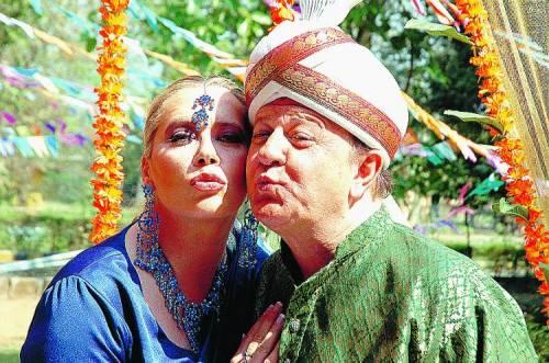 Il deputato Boldi va in India poi diventa un padre-nonno