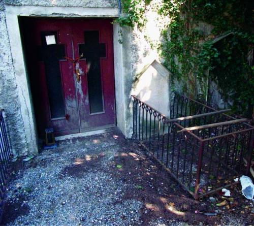Borzoli, nella cripta defunti tra sporcizia e attrezzi da lavoro