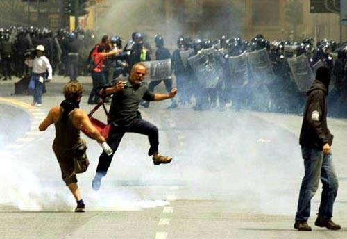 """Il pm difende la polizia: """"Al G8 usò la forza solo contro i vandali"""""""