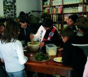 Gli studenti imparano a coltivare l'orto