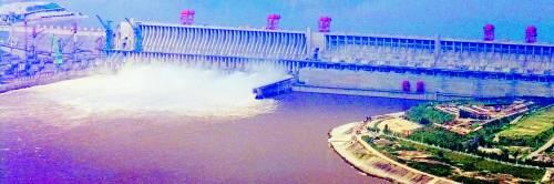 La super diga rossa fa acqua In 4 milioni costretti alla fuga