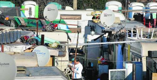 Nel campo dei rom onesti si ruba l'elettricità