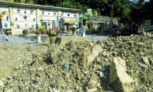 Cimiteri, il muro crolla e nessuno interviene