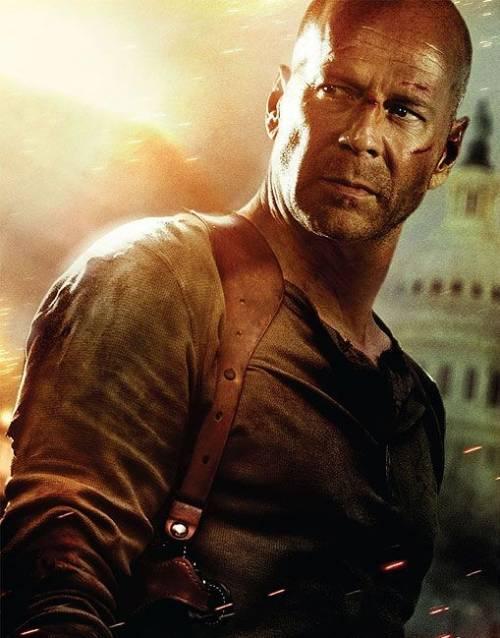 """Bruce Willis non molla: """"Ho un filo di pancia ma sono ancora macho"""""""