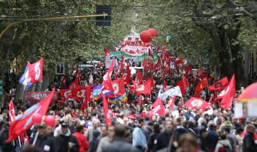 """In piazza i """"vaffa"""" della sinistra contro Prodi e i sindacati"""
