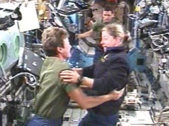 Lo Shuttle aggancia la stazione orbitante