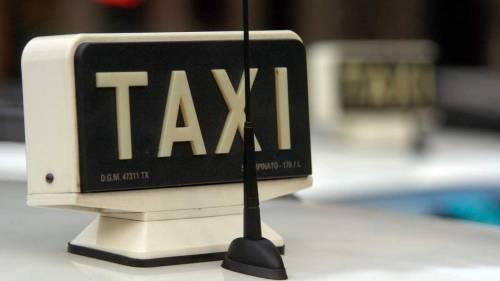 Presi in ostaggio dai banditi in banca e sul taxi