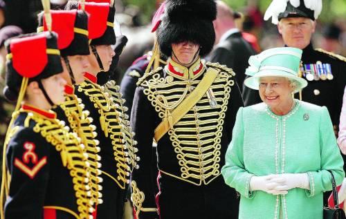 ELISABETTA II Dio salvi la regina che sa fare la regina