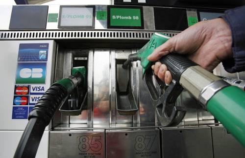 Benzina, nuovi aumenti  per diesel e verde