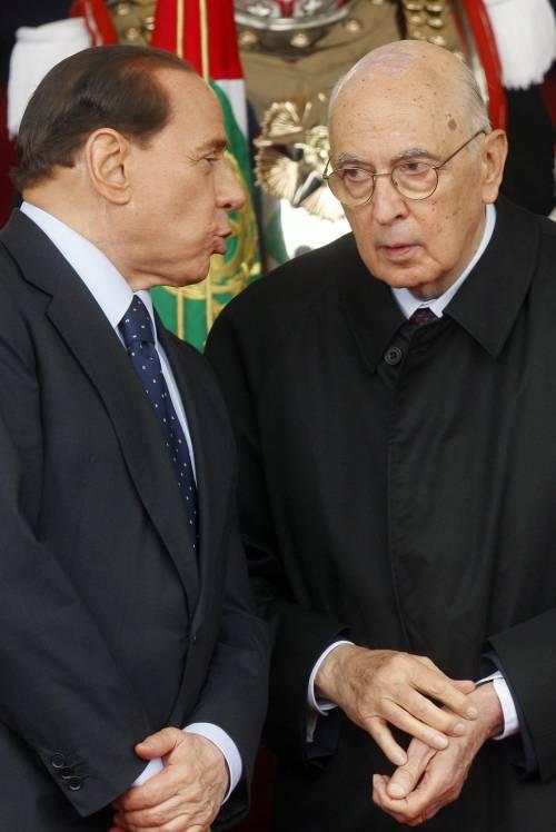 """2 giugno, Napolitano: """"Rispettare la Repubblica""""  La folla acclama Berlusconi: """"Santo subito"""""""