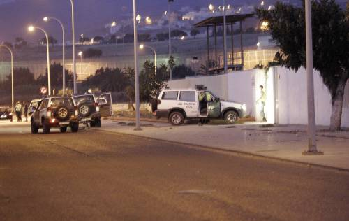 Emigranti assaltano un posto di frontiera a Melilla