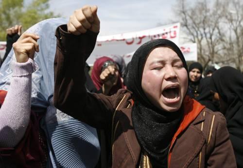 Kabul, corteo di donne  preso a sassate: marciava  contro la legge pro stupro