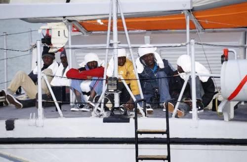 """Immigrati, respinto un altro barcone   Bossi: """"La nostra linea fa proseliti"""""""