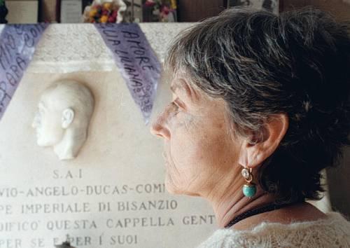 Sfregiate le tombe di Totò e Caruso