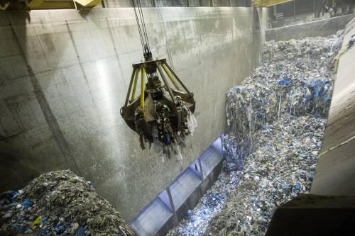 Campania e rifiuti, ecoballe nocive: 15 arrestati