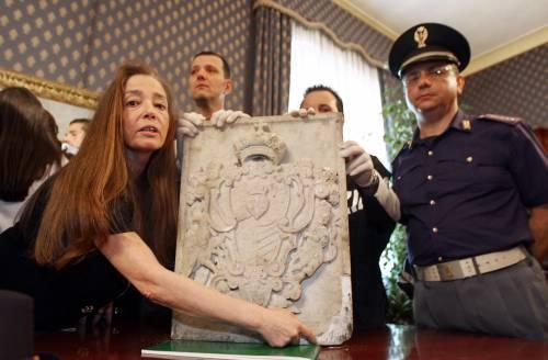 Totò, ritrovato lo stemma  trafugato dalla tomba