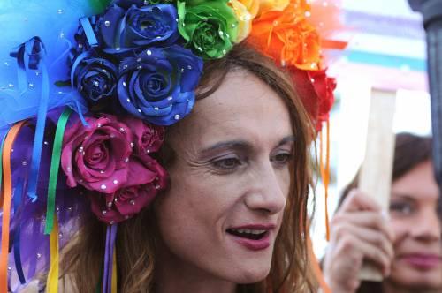 """L'orgoglio gay sfila a Roma: """"Stessi diritti"""""""