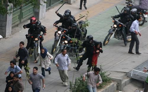 Iran, torna la protesta,  la polizia spara sulla folla
