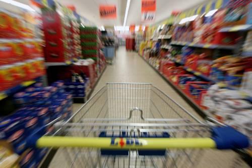 L'inflazione risale: alimentari in calo, benzina su
