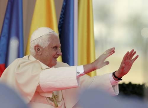 """Il Papa incontra Berlusconi, poi vola a Praga:  """"Comunismo dittatura basata sulle menzogne"""""""