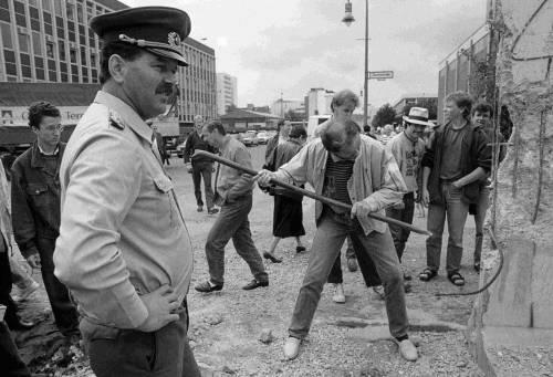 Storia (per frasi) del Muro di Berlino