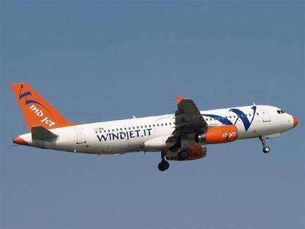 """Atterraggio di emergenza  per volo della Wind Jet:  """"C'è una crepa in cabina"""""""