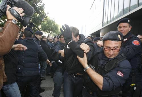 Eutelia, blitz di vigilantes:  minacce e aggressioni  agli operai che occupano