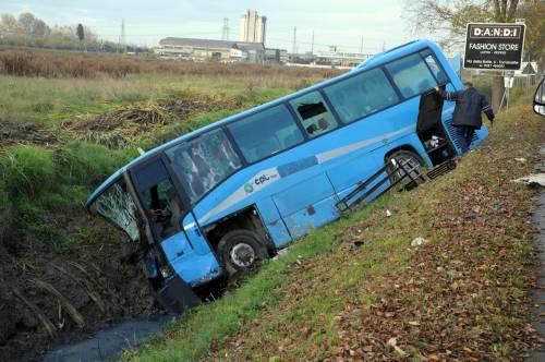 Pisa, autobus nel fosso: un morto
