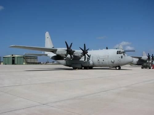 """Il C-130 Hercules, un """"mulo dei cieli"""" che trasporta truppe, mezzi e materiali"""