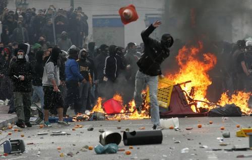 Grecia, scontri davanti al parlamento  I 5 italiani a processo per direttissima