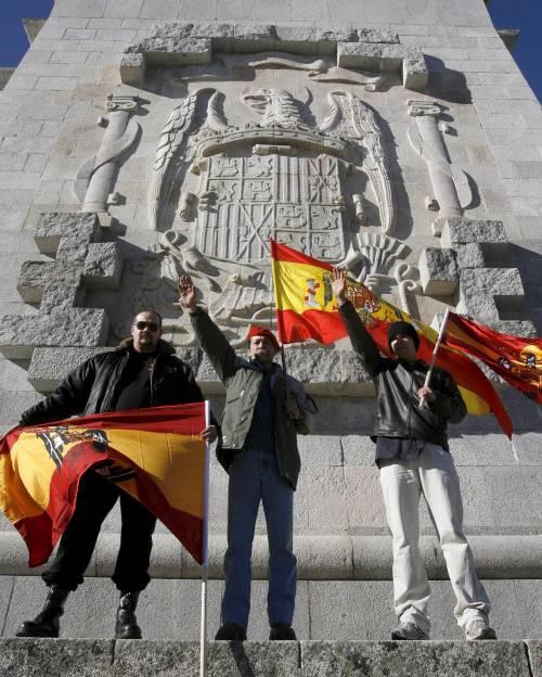 Spagna a luci rosse: film hard girato nel mausoleo di Franco