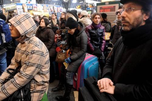 Milano, binari gelati:  i treni bloccati per ore  Fs studia indennizzi
