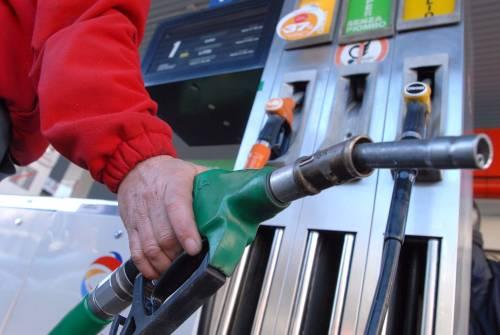 Petrolio sotto 82 dollari  Ma i prezzi corrono