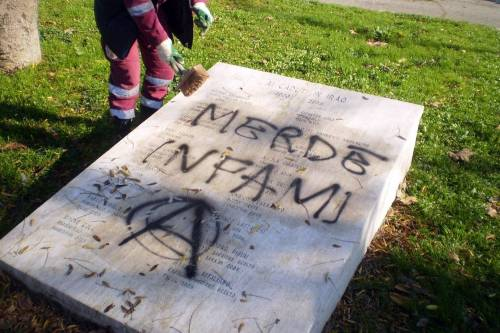 Scritte ingiuriose su lapidi dei caduti di Nassirya