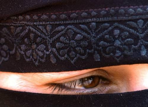 """Francia, il burqa vietato  Si va verso una legge:  """"Offende i nostri valori"""""""