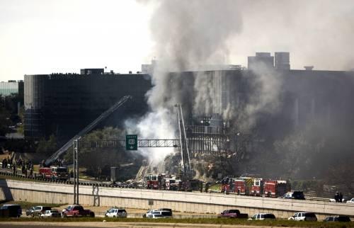 """Texas, kamikaze in aereo  contro l'edificio del fisco  Fbi: """"Non è terrorismo"""""""
