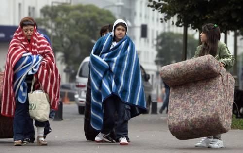 Cile distrutto dal sisma: 708 le vittime  Nuove scosse: saccheggi a Concepcion
