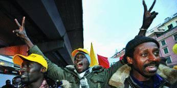 Sciopero degli immigrati: insulti ai vigili, scritte contro gli alpini e razzi
