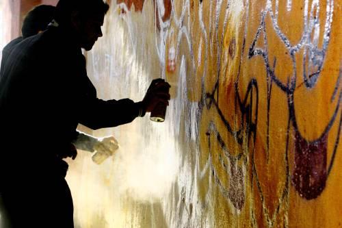 Roma, scritte in stazione. I writers ripuliscono i muri (e così evitano la denuncia)