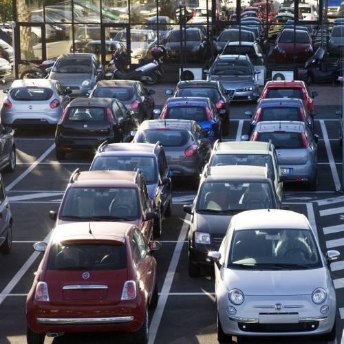 """Auto, il mercato a marzo  """"tiene"""" con gli incentivi  Crollano gli ordini: -35%"""