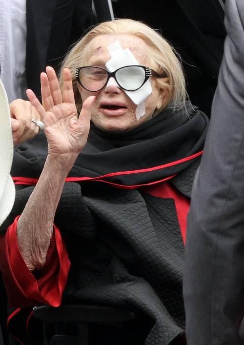 Funerali Vianello, lacrime e strazio di Sandra  Il premier si commuove, poi applaude il feretro