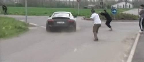Balotelli sgomma in auto  per scappare dai tifosi