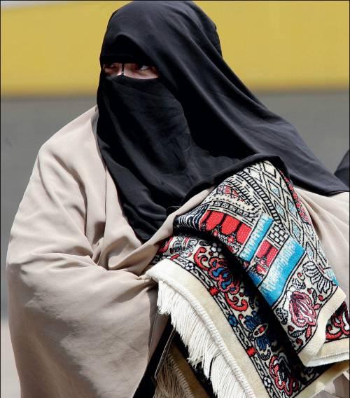 Novara, in strada col burqa: multata