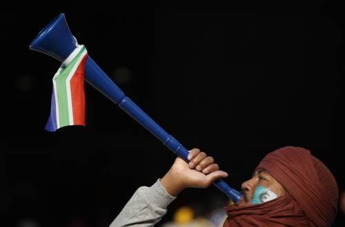 Pazzo mondiale: le vuvuzela diventano azzurre e preservativi ti fanno viola
