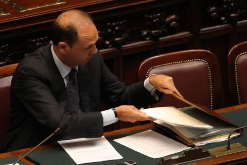 """Estensione del lodo Alfano, Bossi: """"La faremo""""  Ma i finiani frenano: non è emergenza del Paese"""