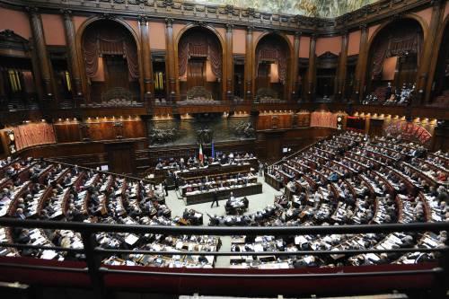 Manovra, tagliati mille euro al mese ai deputati  Il governo: fiducia alla Camera, domani il voto